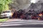Clip: Cận cảnh dung nham núi lửa 'nuốt chửng' nhà và ô tô ở Mỹ