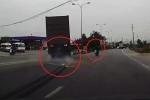Clip: Xe máy sang đường kiểu tự sát, container phanh cháy lốp, lao sang làn đường ngược chiều