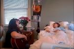 Xúc động khoảnh khắc người mẹ gảy đàn hát vĩnh biệt con gái đang hấp hối vì ung thư
