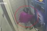 Gã đàn ông đội mũ bảo hiểm, trùm áo mưa rình cướp tiền cô gái tại cây ATM