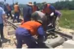 VIDEO trực tiếp: Công nhân sửa đường ray sau tai nạn lật tàu thảm khốc ở Thanh Hoá