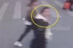 Clip: Được nhường đường, cô gái hôn gió cảm ơn tài xế xe buýt