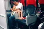 Khoảnh khắc cha ôm trọn con gái vào lòng trên chuyến bay muộn gây xúc động mạnh