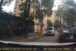 Tài xế ngang nhiên đỗ ô tô chắn đường đi, lên vỉa hè tiểu bậy