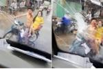 Clip: Bị tạt nước khi đi đường, nam thanh niên đuổi theo đập vỡ kính xe khách