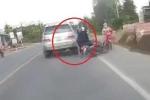 Clip: Tránh phụ nữ đi ngược chiều, xe máy va vào ô tô ngã nhào trên quốc lộ