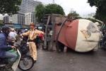 Tài xế ngủ gật, xe bồn 'phơi bụng' giữa phố Thủ đô