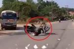Clip: 'Ma men' đánh võng xe máy như rang lạc và cái kết rùng mình