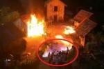 Clip: Đốt nhà trên phim trường, hàng chục diễn viên bén lửa bốc cháy