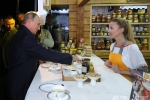 Video: Tổng thống Nga Putin mua mật ong tặng Chủ tịch Trung Quốc Tập Cận Bình