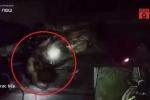 Clip: Chạy trốn cảnh sát, tên cướp ngã trúng lỗ cống ở Sài Gòn