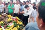 Ùn ùn kéo đến khấn vái 2 con rắn trên mộ vô danh: Tiền dâng cúng lên tới 200 triệu đồng