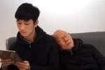 Clip: HLV Park Hang Seo tựa đầu ngủ trên vai học trò như 2 bố con ở sân bay