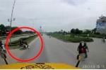 Clip: Liều mạng sang đường, hai thanh niên suýt nằm dưới gầm xe container