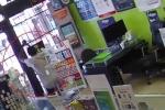 Clip: Cướp bị nhân viên nhốt trong cửa hàng, quỳ xuống van xin trong vô vọng