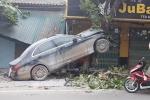 Mercedes nát đầu sau cú tông kinh hoàng vào gốc cây
