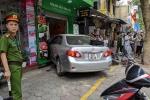 Đạp nhầm chân ga với chân phanh, nữ tài xế ô tô tông liên hoàn trên phố Hà Nội