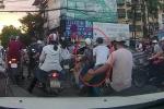 Clip: Kẻ gian trà trộn vào đám đông, móc trộm đồ trong balo cô gái đi xe máy