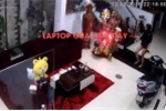 Clip: Nữ đạo chích vào nhà lấy laptop, tiện tay chôm cả điện thoại đặt bàn