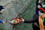 Video: Liền anh liền chị bưng khay trầu xin tiền ở Hội Lim