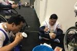 Xúc động hình ảnh VĐV khuyết tật Việt Nam ăn mỳ tôm, vô địch Para Games