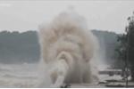 Clip: Sóng dữ, cột nước cao 20m đánh phá bờ kè Đồ Sơn