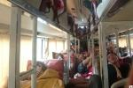 Hành khách bị 'chặt chém', nhồi nhét tơi bời trên xe khách vào Sài Gòn sau Tết