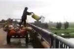 Video: Người thu gom rác thải trút cả xe rác xuống sông ở Hà Tĩnh gây bức xúc