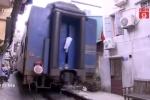 Cuộc sống kỳ lạ ở những ngôi nhà sát đường tàu giữa thủ đô Hà Nội
