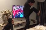 Clip: 2 bố con đu ban công, hò hét 'banh nhà' ăn mừng kỳ tích chấn động của U23 VN