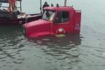 Clip: Tài xế đánh lái quá tay, xe đầu kéo lao xuống biển ở Quảng Ninh