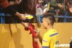 Video: Cổ động viên chặn đường xin chữ ký, bám theo xe chở người hùng U23 Việt Nam