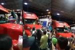 Video: Tài xế container leo lên đầu xe lau kính tại BOT Cai Lậy