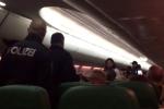 Máy bay hạ cánh khẩn cấp vì hành khách liên tục...thả hơi
