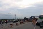Nhiều tài xế dùng tiền lẻ phản đối trạm BOT trên quốc lộ 5 gây ùn tắc cục bộ