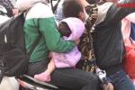 Video: Trẻ nhỏ mệt mỏi, ngủ gật trên tay bố mẹ trở lại Thủ đô sau dịp nghỉ lễ