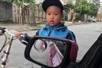 Cậu bé lái xe đạp tông vào ô tô khoanh tay xin lỗi tài xế 'đốn tim' cư dân mạng