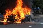 Xe ô tô bốc cháy ngùn ngụt trên đường phố