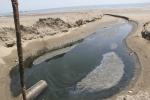 Hơn 30 hồ nuôi tôm xả nước thải hôi thối, đen kịt chạy thẳng ra biển Hà Tĩnh