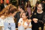 Con gái NSND Hồng Vân thích thú khi được đi sự kiện cùng mẹ