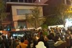 Hai xe công an chở người và đồ vật rời nhà ông Vũ 'nhôm' ở Đà Nẵng