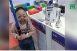 Cậu bé 6 tuổi da nhăn nheo, chảy xệ như ông già 60