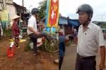 Trưởng Công an xã dẹp vỉa hè đá bay hàng hóa của tiểu thương: Đền cho dân vài kg cá