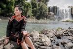 Clip: Hoa hậu H'hen Niê đeo gùi, đi bộ tặng quà cho người nghèo ở buôn