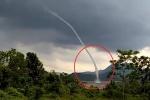 Clip: Vòi rồng khổng lồ cao hàng trăm mét xuất hiện giữa lòng hồ ở Quảng Trị