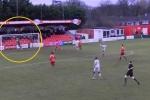 Video: Phát bóng từ sân nhà, thủ môn ghi bàn thắng không tưởng