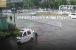 Nam cảnh sát xắn quần lội nước, đẩy xe giúp dân qua đường ngập khiến dân mạng xôn xao
