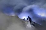 Cặp đôi liều mạng chụp ảnh cưới gần miệng núi lửa