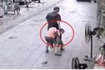 Clip: Anh trai nhanh trí giằng tay, cứu em khỏi kẻ tình nghi bắt cóc
