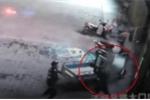 Clip: Tay không hứng phụ nữ nhảy lầu tự tử, cảnh sát gãy đốt sống lưng